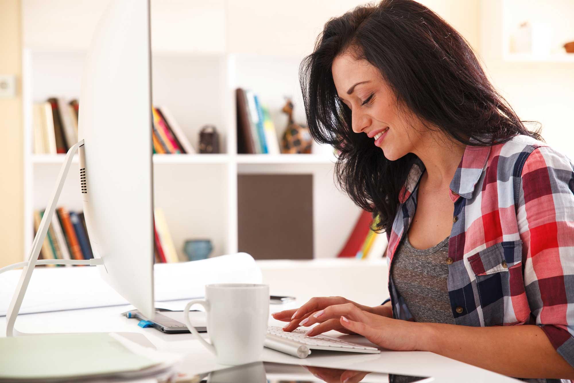Woman-on-Computer-Blogging